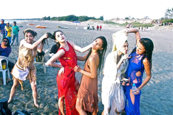 Rufa Mae, Marian, Lovi, Heart and Solenn's wacky photo while shooting in Sand Dunes