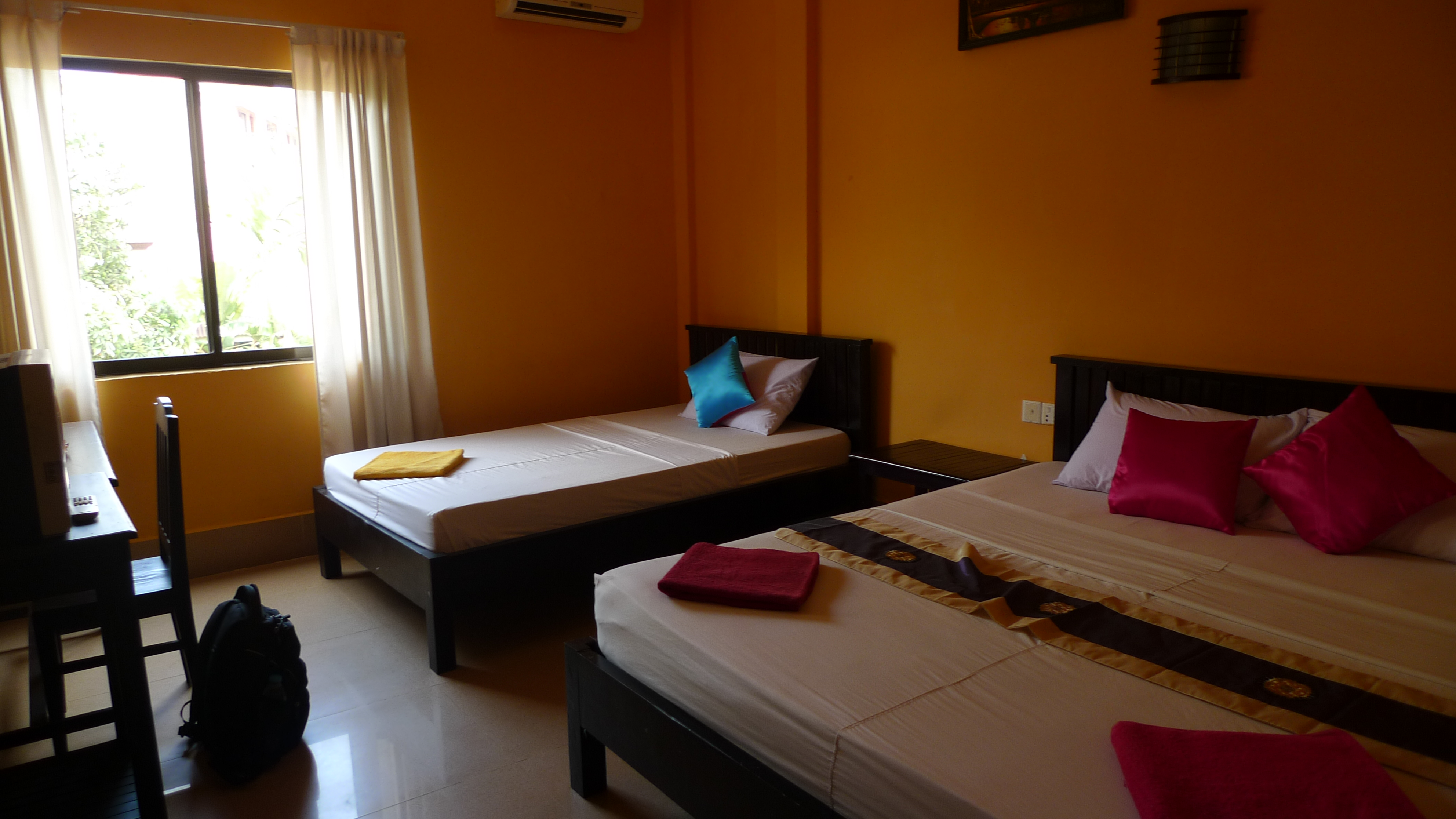 Don't you just find this room inviting? Call your friends now!