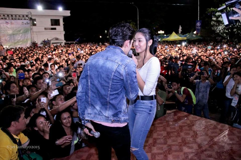 JADINE INVASION: Fans of James Reid and Nadine Lustre flocked to the City Plaza despite the heavy rain