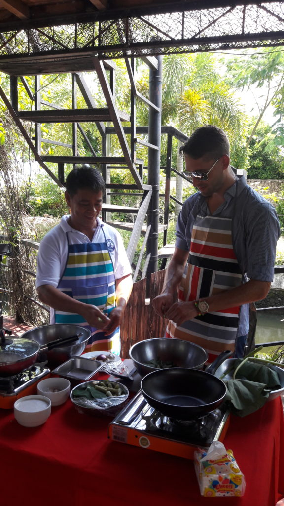 Tim of universal-traveller.com learns how to cook Laing