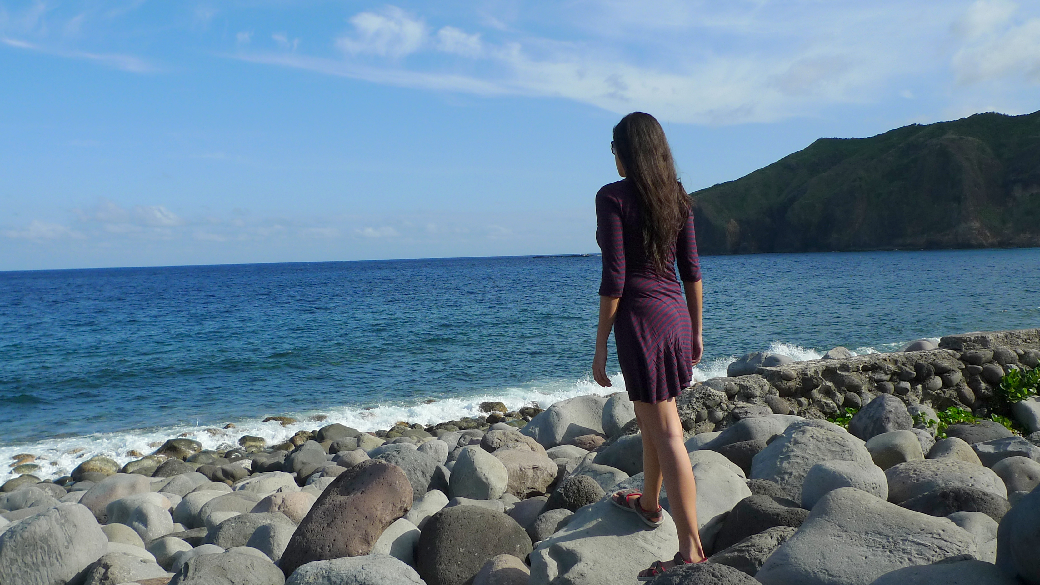 how to travel solo for cheap